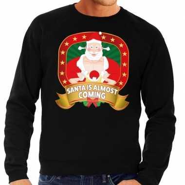 Foute kersttrui zwart santa is almost coming heren