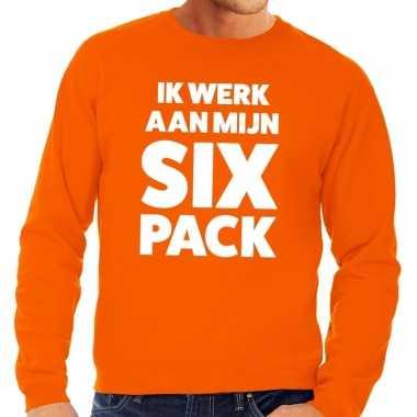 Ik werk aan mijn six pack tekst trui oranje heren