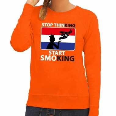 Oranje stop thinking start smoking trui dames